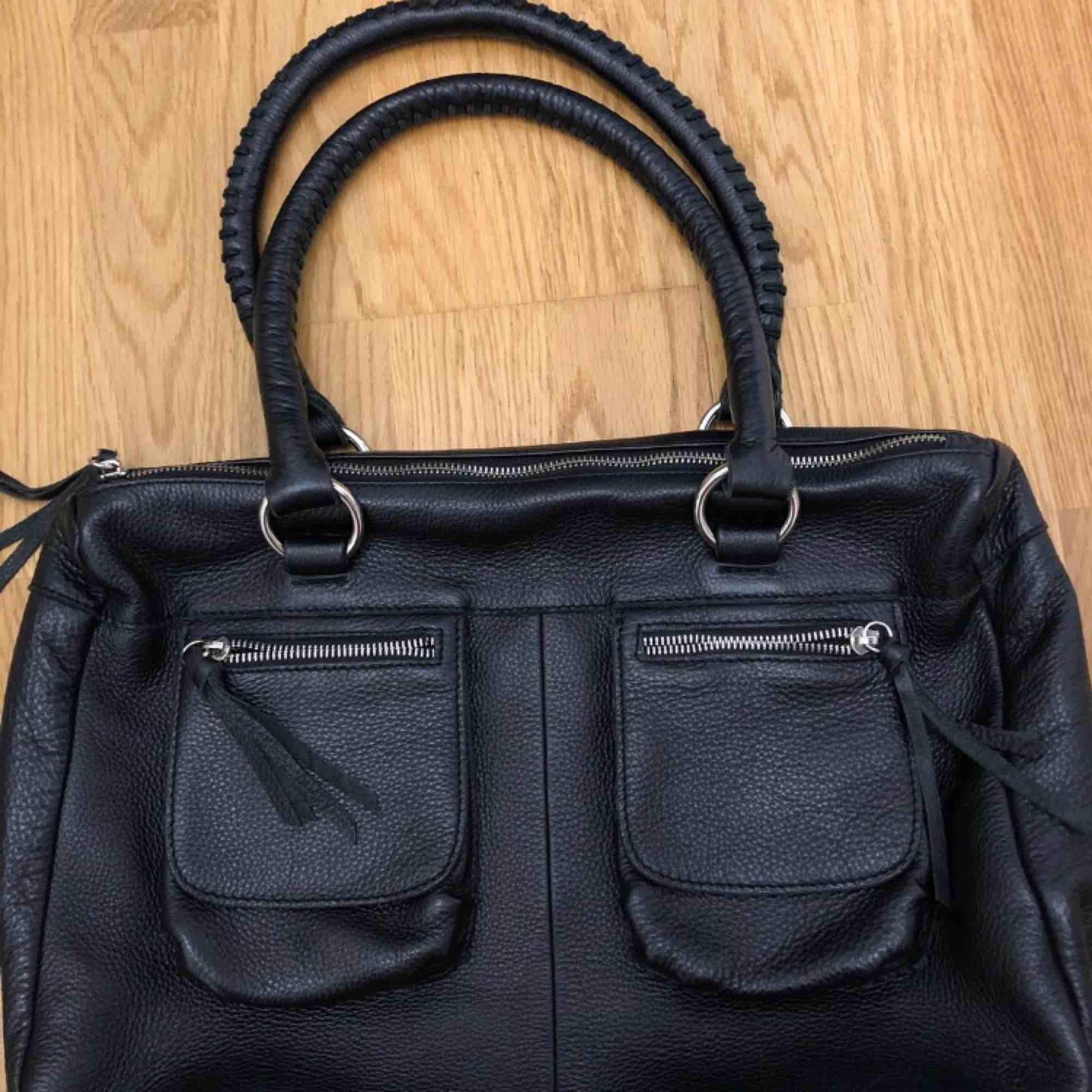Jättefin läderväska som har mycket utrymme vilket är perfekt om man brukar ha mycket i väskan, jättebra skick! (Fick inte med hela väskan på första bilden). Väskor.