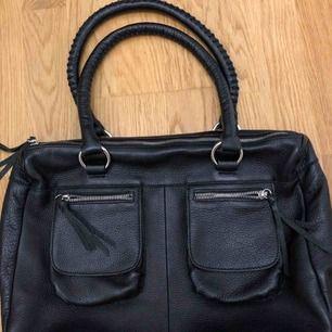 Jättefin läderväska som har mycket utrymme vilket är perfekt om man brukar ha mycket i väskan, jättebra skick! (Fick inte med hela väskan på första bilden)