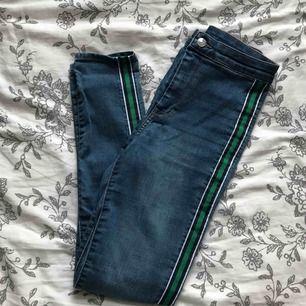 snygga skinnyjeans med sträck på sidorna från H&M, knappt använda. storlek 34