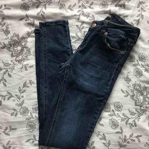 snygga skinnyjeans från ullared, low/midwaist. mörkblå tvätt