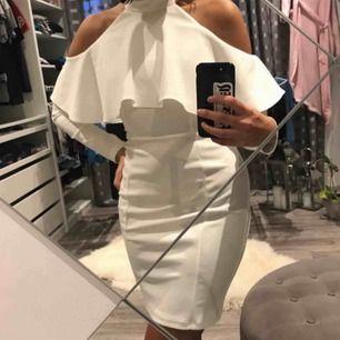 Vit långärmad klänning från Lipsy London med fina detaljer som volang och sömmar, använd och tvättad endast 1 gång. Kedja baktill. Säljs pga använder den aldrig. Köpt för cirka 2 år sedan. Fler bilder? Säg till. Frakt tillkommer