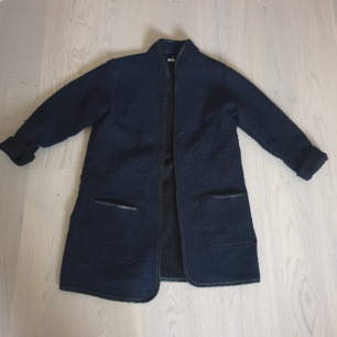 En fin mörkblå kappa i storlek M, men passar även S. Lagom varm nu till hösten. 150kr inkl. frakt 🤗
