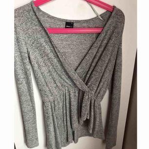Oanvänd tunn kofta/ finare tröja ifrån Gina, enbart testad. Passare xs/s. Funkar utmärkt över ett basic linne! Perfekt för hösten. Priset är ink frakt.