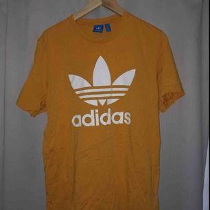 T-shirt från Adidas köpt på Adidas butiken i London. Knappt använd.