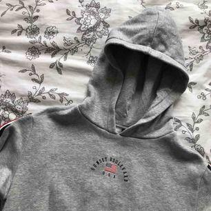 grå hoodie från h&m med tryck, knappt använd! huva
