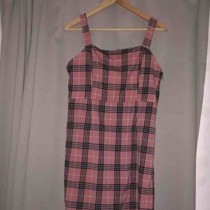 Rosa kort klänning från H&M  Använd en kväll.