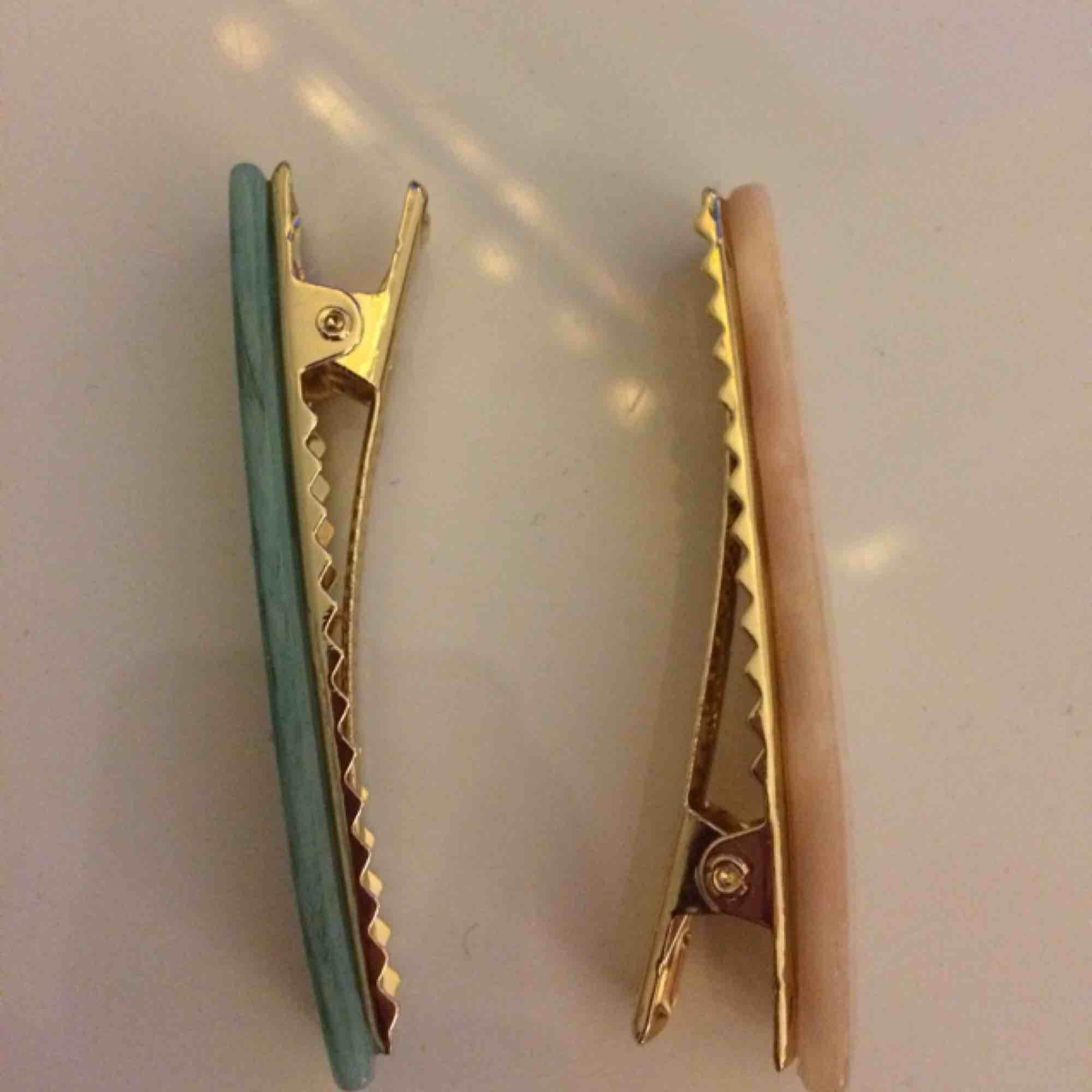 Två snygga hårspännen från H&M som inte kommit till användning. Kan köpas för 30 st eller 50 för båda. Fraktkostnad tillkommer. 👑💗🤩. Accessoarer.