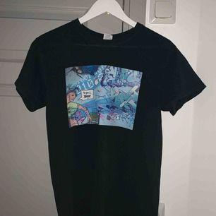 Super snygga t-shirt från thecoolelephant med as ballt motiv , finns inga fläckar och bara använd fåtal gånger. Älskar verkligen denna tröja men använder den inte så mycket💕💕hör av dig om du har några funderingar!