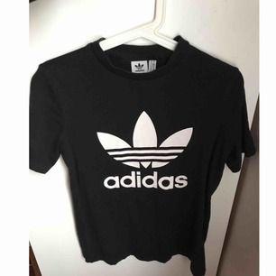 Adidas t-shirt i använt skick dock ej urtvättad eller någon märkbar slitning. Killmodell stl s, passar s-m på tjej. Jag som normalt har xs tycker dock den är skitsnygg att ha lite oversized. Priset är ink frakt.