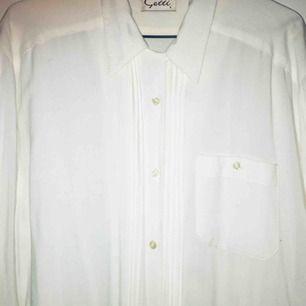 Mjukaste blusen i vitt, med fina detaljer på framsidan!Superskick. Vintage!  Postar inom Sverige och har swish!
