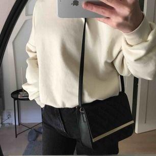Liten väska man kan både lång och kort axelrem. Aldrig använd, frakt tillkommer!