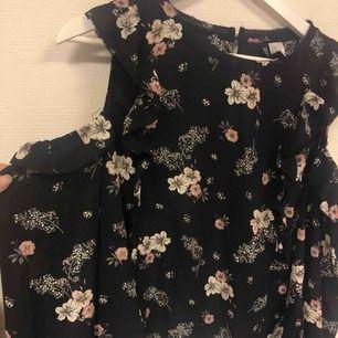 Säljer denna fina blus ifrån H&M i strl 40 men passar även 36&38! Aldrig använd!