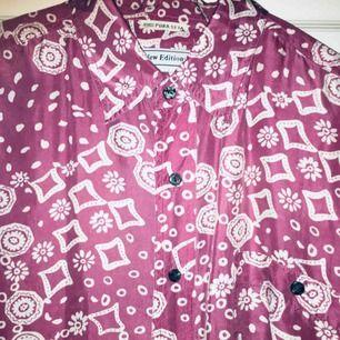 Silkesskjorta i fantastiskt mönster och färg. Oversize och hur lätt å skön som helst.  Postar inom Sverige och har swish!