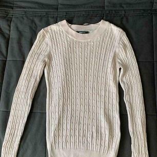 Ljusrosa kabelstickad tröja från Gina tricot i storlek s. Superfint skick, endast använd några få gånger. Perfekt till hösten