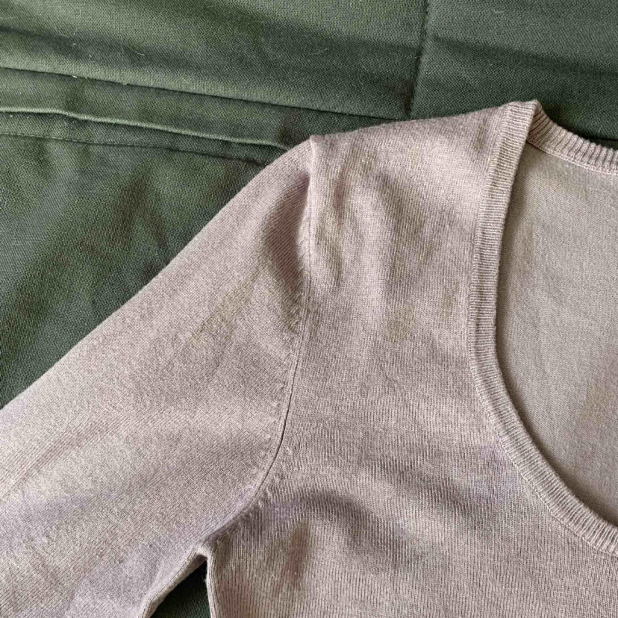 Ljuslila tröja i storlek s. Den har 3/4 ärmar och är i superfint skick. Perfekt tröja till hösten. Stickat.