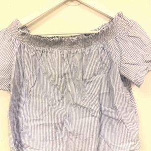 Säljer denna tröja i offshoulder ifrån Gina Tricot!