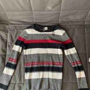 Supersnygg randig stockad tröja från h&m. Använd 1 gång förra hösten så i superbra skick. Perfekt till hösten