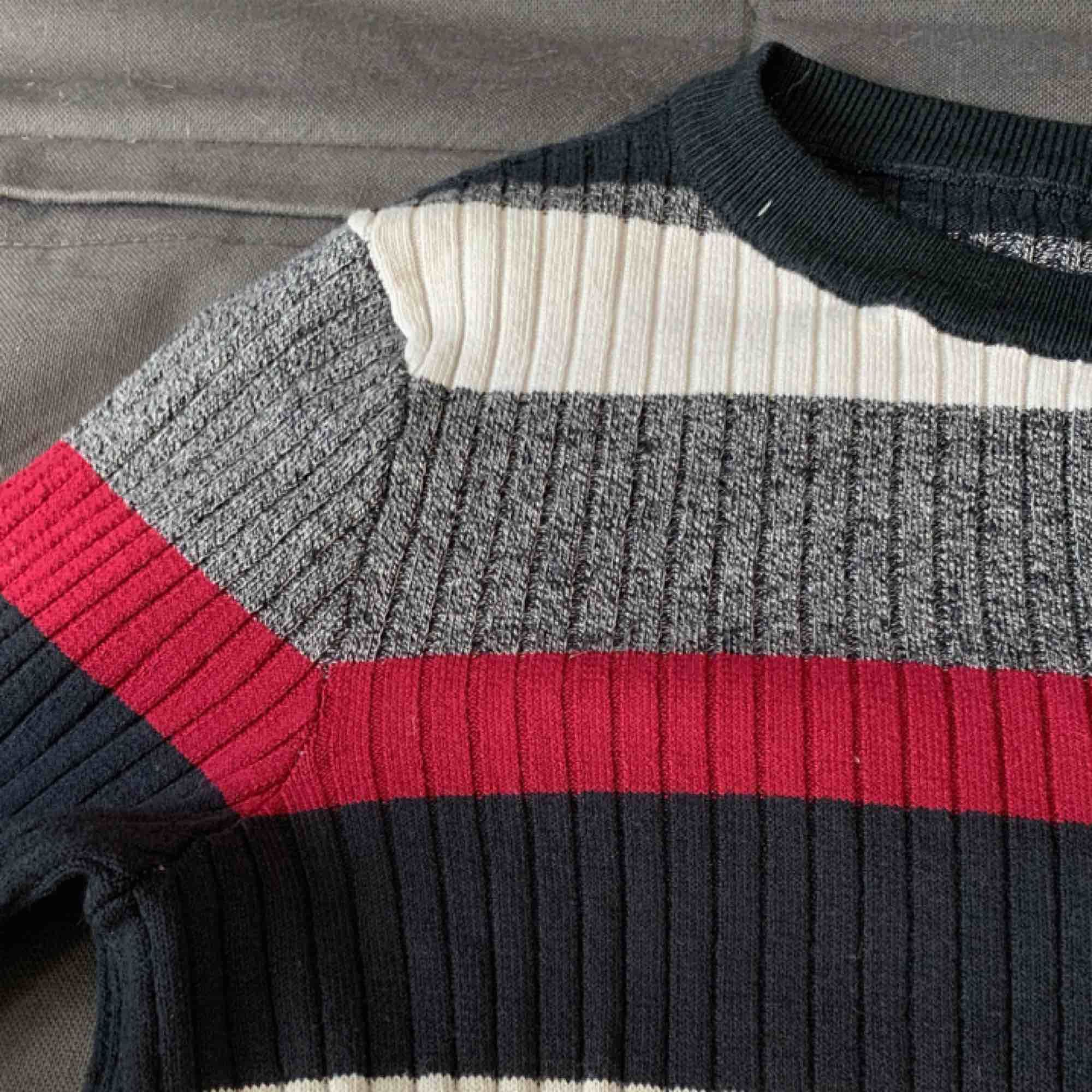 Supersnygg randig stockad tröja från h&m. Använd 1 gång förra hösten så i superbra skick. Perfekt till hösten. Stickat.