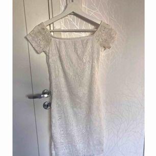 Spetsklänning från Gina Tricot Säljer pågrund av att jag inte trivs i tajta kläder men tycker den är skitsnygg Fint skick då den användes 1 gång och det var på skolavslutningen
