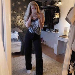 Säljer dessa svarta jeans från Monki i storlek 29W. Är 170cm lång så byxorna är väldigt långa. Byxorna är använda ett fåtal gånger och är så gott som nya. Inköpta i slutet av sommaren. Köparen står för frakten.