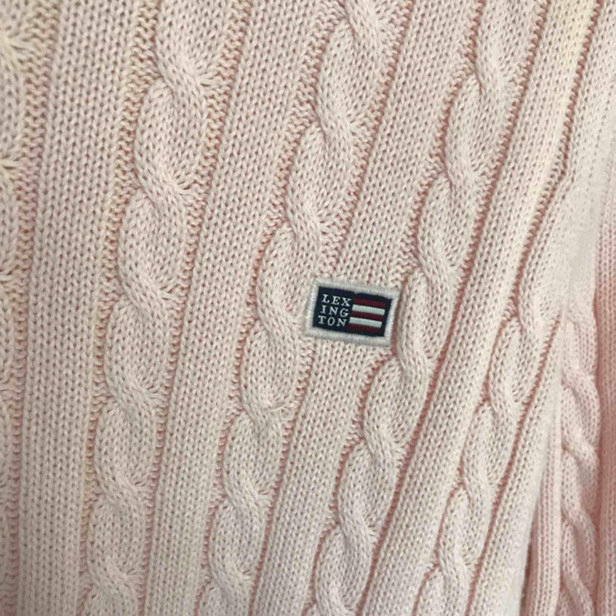Stickad ljusrosa Lexington tröja Använd max 10 gånger Ordinarie pris 1199kr. Stickat.