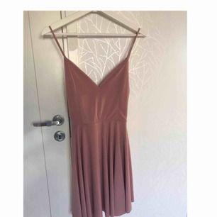 Jättefin klänning från BikBok Klänningen passar även S/M Nyskick, använd ca 5 gånger