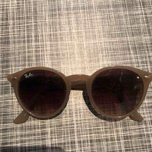 Snygga beiga solglasögon från rayban, äkta.