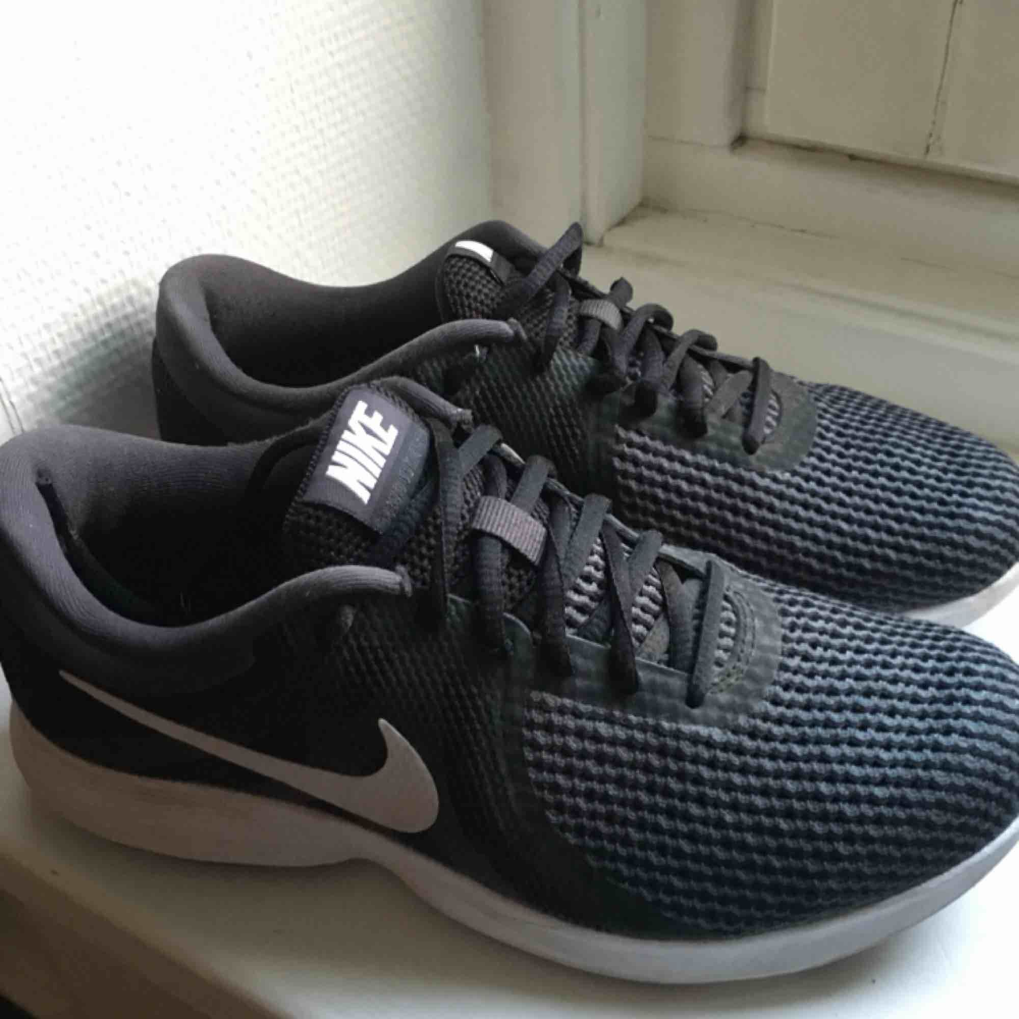 Nike träningsskor / sneakers i fint skick! Jag har använt dem ganska sparsamt men då både till vardags å promenad! Väldigt sköna och snygga. Storlek 39. . Skor.