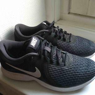 Nike träningsskor / sneakers i fint skick! Jag har använt dem ganska sparsamt men då både till vardags å promenad! Väldigt sköna och snygga. Storlek 39.