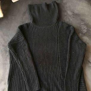 Svart gosig stickad tröja i fint skick. Ganska stor i storleken, skulle säga att den passar upp till L.