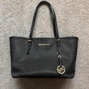 MK shopper bag köpt i New york. Väskan är som ny✨ frakt tillkommer på 72kr eller möts upp