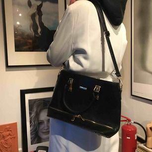 Jätte fin enkel svart väska. Rymlig men inte förstor! bara använd en gång!