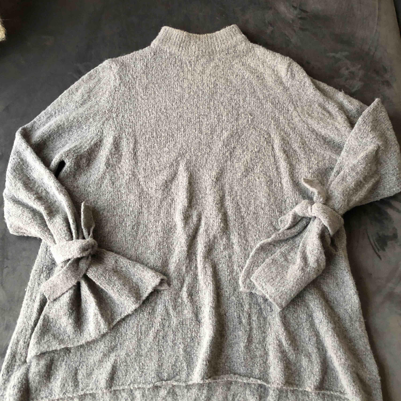 Stickad tröja från Rut & circle. Supermysigt material med snygga detaljer. Slits & knyte i ärmarna. Nästan aldrig använd så i fint skick! . Stickat.