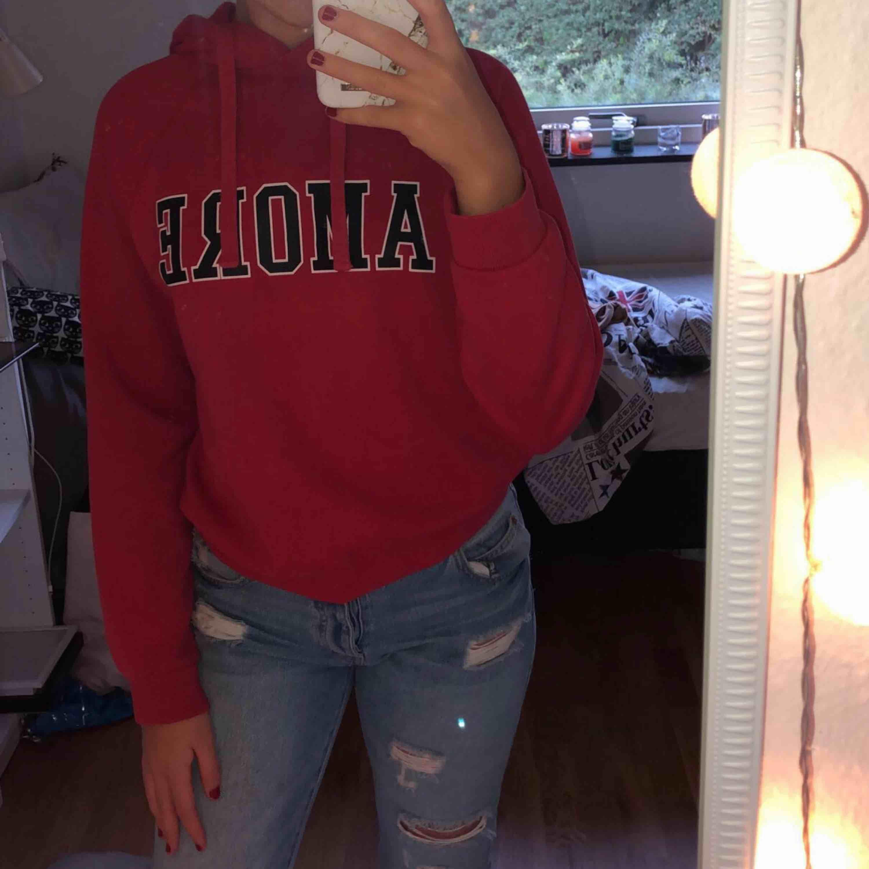 """En röd hoodie med text """" Amore """". Fint skick och inga slitningar på texten. Jätteskön men passar tyvärr inte mig längre.  Frakt tillkommer . Huvtröjor & Träningströjor."""