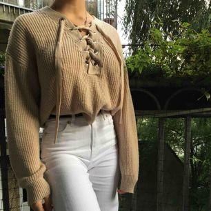 En jätte fin beige stickad tröja från H&M, men snörning vid bysten. Knappt använd därför säljer jag den.