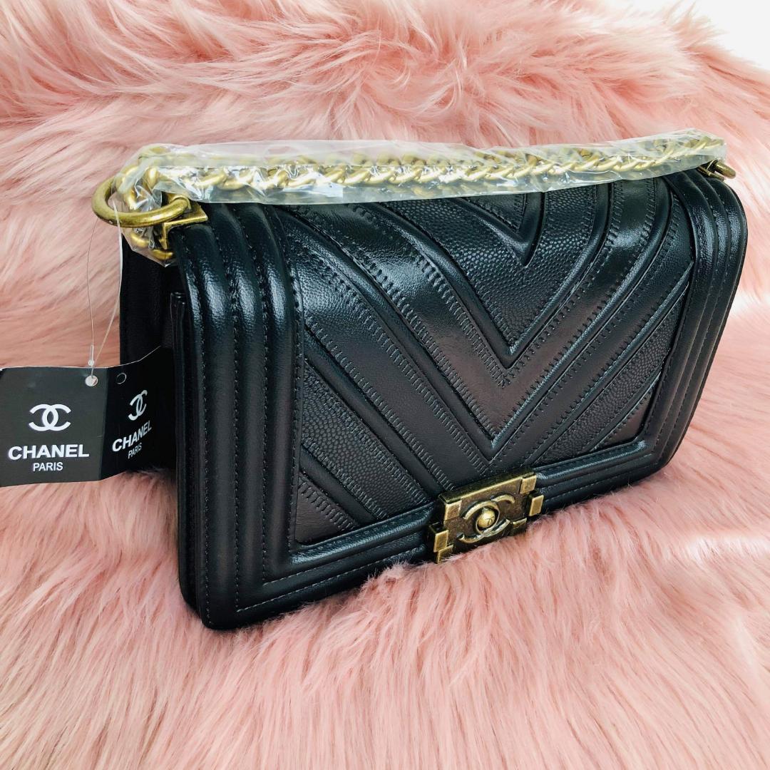 NY elegant Chanel väska. Väskan har en ektahets look! Med snygga detaljer slitstarkläder,stainless steel. Ettiketer sitter kvar på väskan. Perfekta julklappen!, Fraktas om så önskas. Se mina övriga annonser 🌺. Väskor.