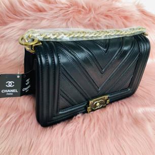 NY elegant Chanel väska. Väskan har en ektahets look! Med snygga detaljer slitstarkläder,stainless steel. Ettiketer sitter kvar på väskan. Perfekta julklappen!, Fraktas om så önskas. Se mina övriga annonser 🌺