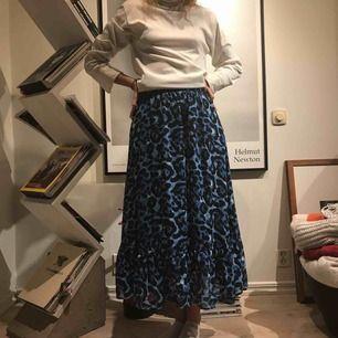 Jätte fin blå leopard kjol från zalando! Passar verkligen nu till hösten!  I jätte bra skick