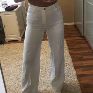 Vita jeans (tunt jeanstyg) med vida ben. Frakt ingår i priset