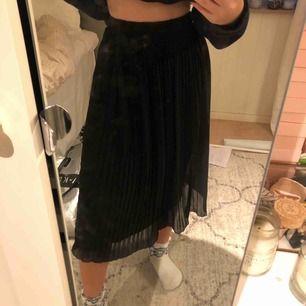 OANVÄND, helt oanvänd plisserad kjol från zabaione, köpt i somras men ej använt pga inte min stil längre. Frakt 63kr<3