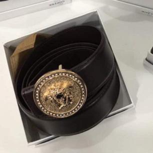Nya! Versace skärp  enligt bilder. Super fina skärp  AAA kopia. Skärpen säljs i låda. Fraktar om så önskas