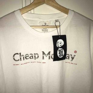 Oversized t-shirt från cheap monday. Oanvänd