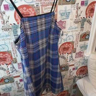 Kort rutig klänning i rak modell, snyggt 60-talig. Från märket twintip. Priset är inklusive frakt. Passar mig som brukar ha 36 men skulle passa 34 med