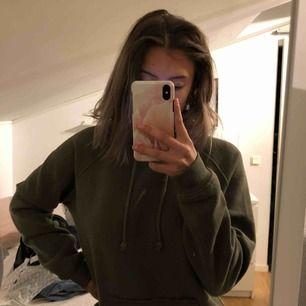 grön hoodie från bik bok, bra skick och superskönt, köpt för 299, några små hål på sidan men det tänker man inte på!