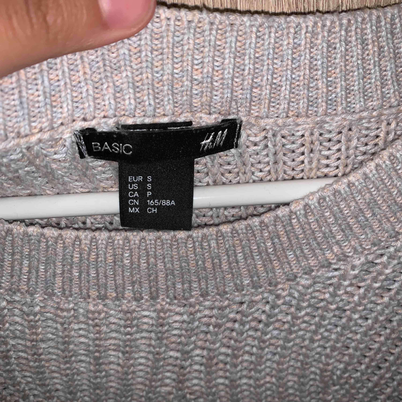 En being stickad tröja. Frakt ingår. Stickat.