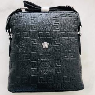 Versace cross bag! Denna väskan är av bästa AAA kopia slit stark läder smidig och snygg att ha med överallt för både henne/honom. Säljes enligt bild. Se gärna mina övriga annonser 🌺