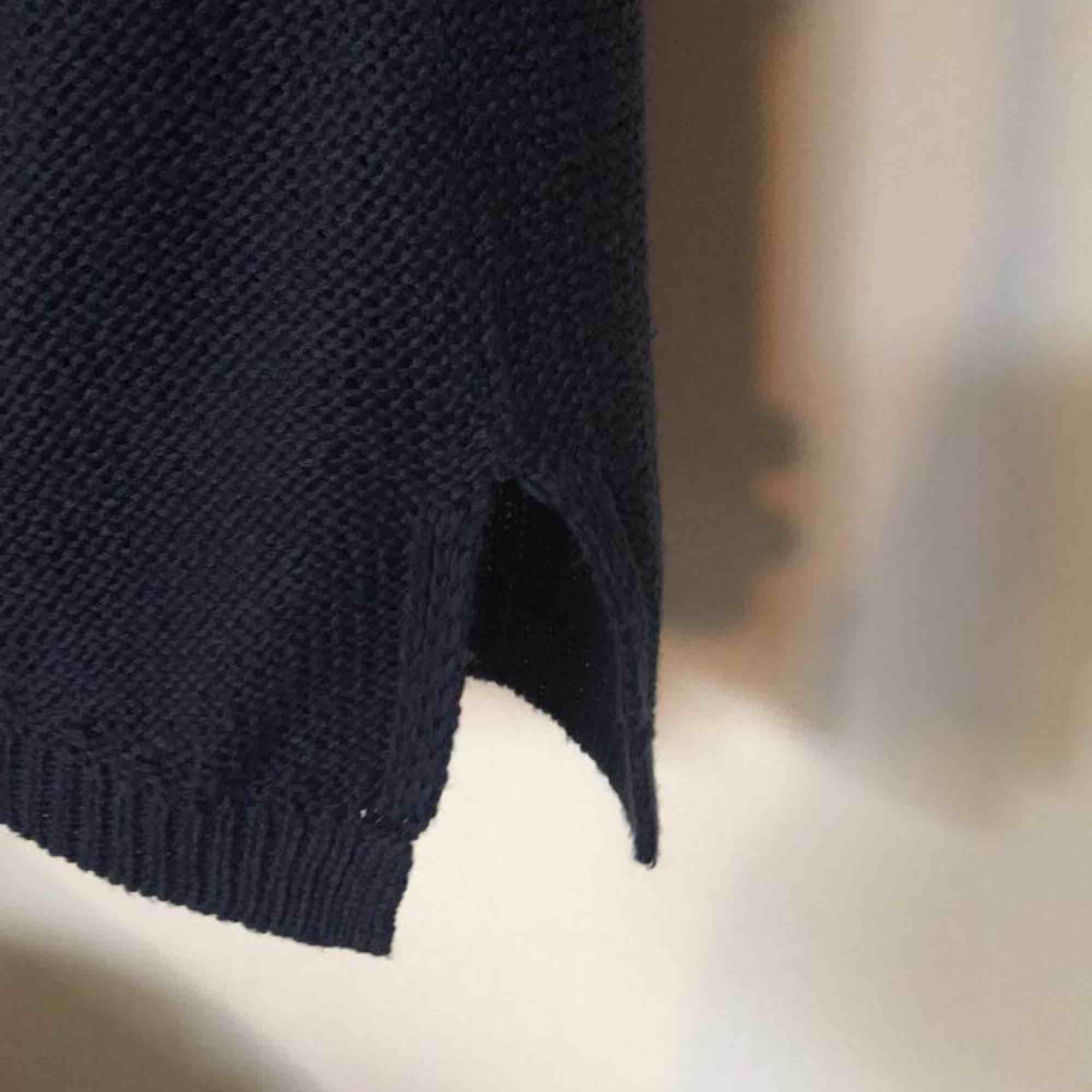 Stickad tröja med slits . Stickat.