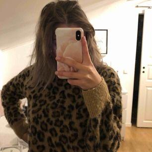 superskön leopard tröja från hm, inte alls stickig och i bra skick, men har en liknande så säljer denna , kör för 300