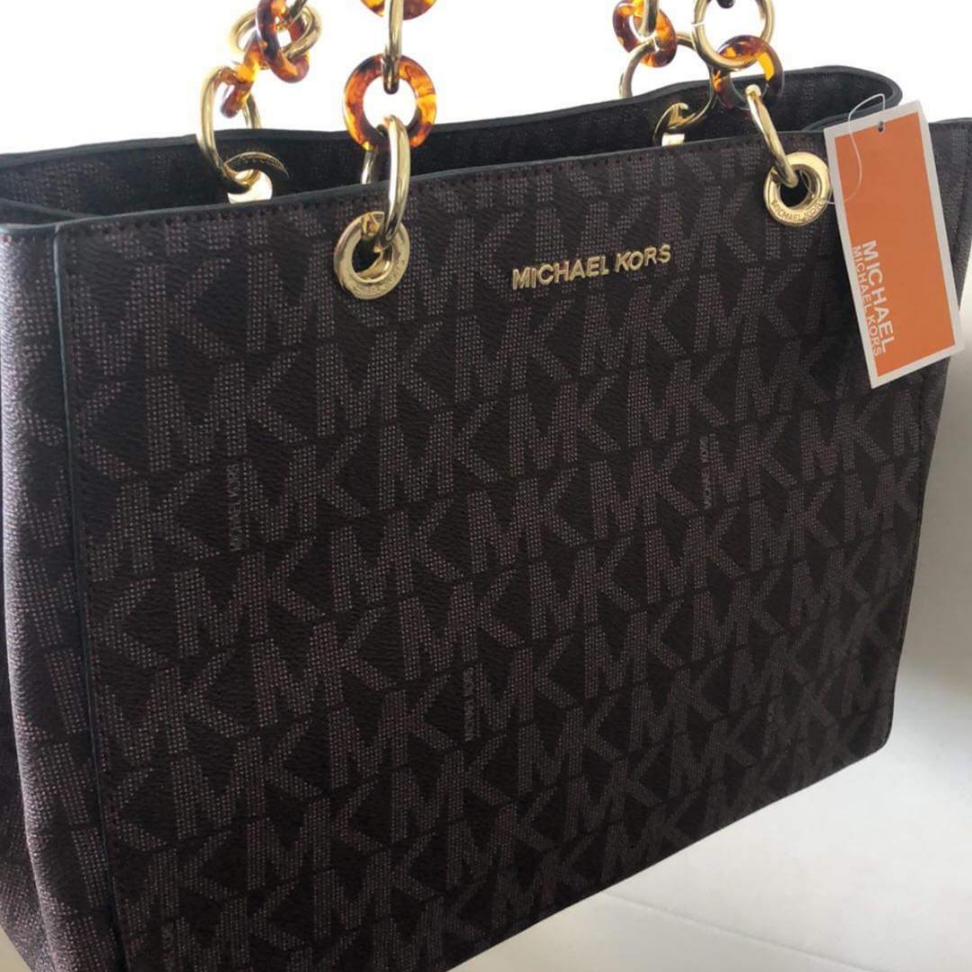 En snygg och elegant MK väska AAA kopia . Säljes enligt bild⚠️Färgen på väskan går i mörkbrunt axelbands rem medföljer samt dustebag och MK väsk smycke. Fraktas om så önskas. Se gärna mina övriga annonser 🌺 . Väskor.