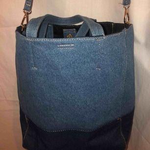 Säljer denna jeans väska ifrån Bikbok. Väskan är helt ny, aldrig använd och såklart i perfekt skick. 🌻😎🤠